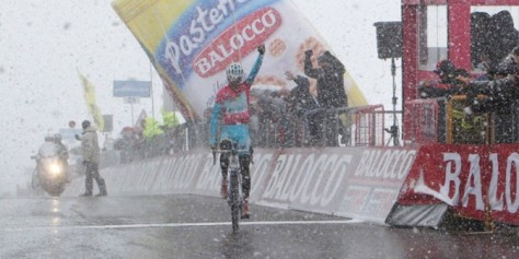 Nibali salutes both stage and overall victory at the summit of Tre Cime di Lavaredo (Image: Giro d'Italia)