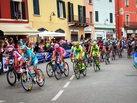 Here comes the maglia rosa with his Astana and Vini Fantini guard of honour (image: Nathalie)