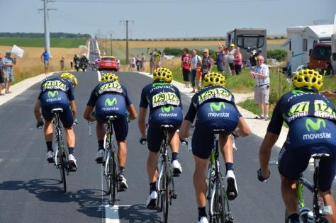 Movistar riding in classic echelon formation (Image: ASO/Presse Sports)