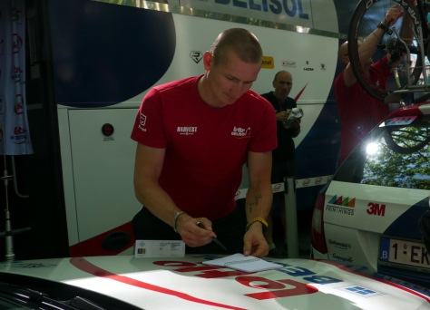 "Andre ""Gorilla"" Greipel signing autographs (image: Sheree)"