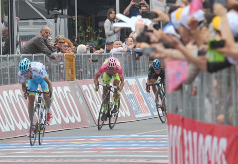 Aru sprinted hard but Contador restricted his losses to a single second (Image: Giro d'Italia)
