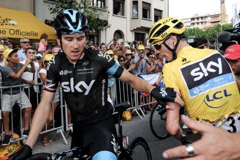 Tour de France 2015 - 20/07/2015 - 16ème Etape - Bourg de Péage / Gap - 201Km - Victime d'une lourde chute dans la descente du col de Mance, Geraint THOMAS (SKY), rassure Christopher FROOME (SKY) sur sa santé