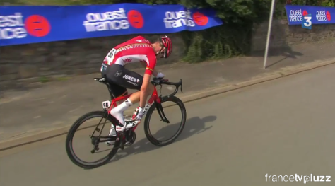 Tim Wellens struggles with a recalitannt show fastening